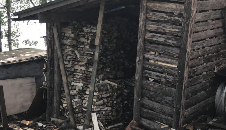 Pienittyjä polttopuita liiterissä ja liiterin edustalla