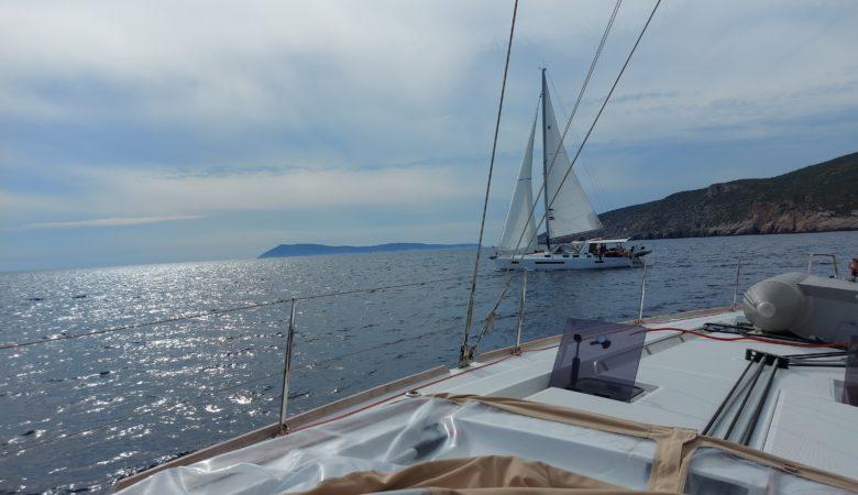 Merellä vastatuuleen luoviva purjevene toisesta veneestä kuvattuna